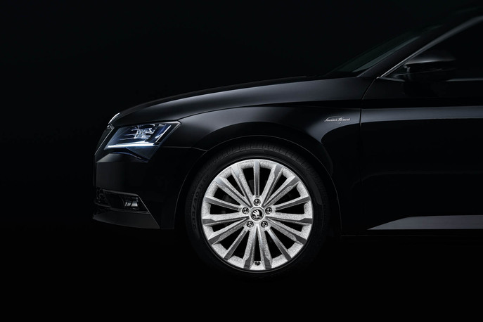 151021-skoda-superb-black-crystal-1.jpg